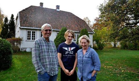 Olav Tømmerstigen og Gro Reier, dro sønnen Ask, motvillig ut for bildetaging i hagen.