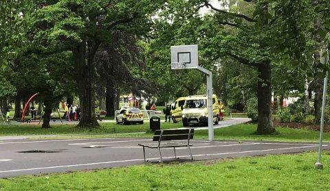 RYKKET UT: Politi og ambulanse var raskt til stede ved melingen om en ulykke på lekeplassen i Lystlunden.