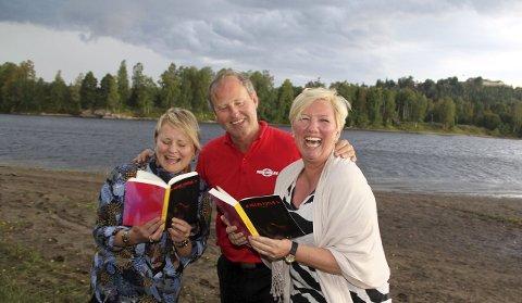 BØLJAN BLÅ: Marjolein Hokke (t.v.), Jan Skyrud og Irén Carlstrøm tar med Aune Sand ut på Glomma med en litt annerledes utsikt til festningen og byen. Foto: Lars Fogelstrand