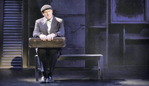 KOMMER: Romanen En mann ved navn Ove hadde kjempesuksess, nå er den blitt til teater, med Sven Nordin i hovedrollen.foto:  riksteatret