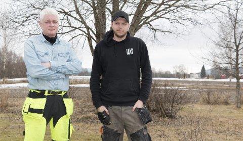 VILLSVIN-JAKT: Bonde og jeger Olaf Braanaas (til venstre) og Vebjørn Ihler mener det er bedre å finne en effektiv og fornuftig måte å forvalte den voksende villsvinbestanden på enn å tro at det er mulig å utrydde arten fra norsk fauna. FOTO: PER HÅKON PETTERSEN
