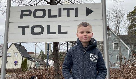 FRASTJÅLET: Sander (9) ble mandag formiddag frastjålet sin telefon på åpen gate.