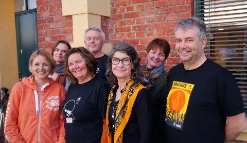 Fra høyre: Roar Holten, Annette Hårberg, Margareta Willman, Morten Knarrum, Mette Kari Worum, Tanja Caldecourt og Hege Riise. Torleiv Svendsen og Hans Rindal var ikke tilstede da bildet ble tatt.