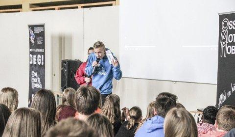 – DERE HAR ANSVARET: Kristian Sætre og Ada Grambo (delvis skjult) fra «Oss mot mobbing» var innom Gran på sin Norges-turné.