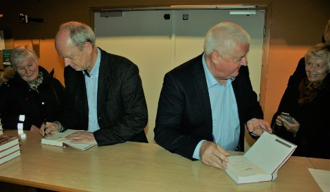 SIGNERTE: Morten Jentoft (t.v) og Frode Berg fikk mange signeringsoppdrag etter forfatterbesøket på Harestua skole.