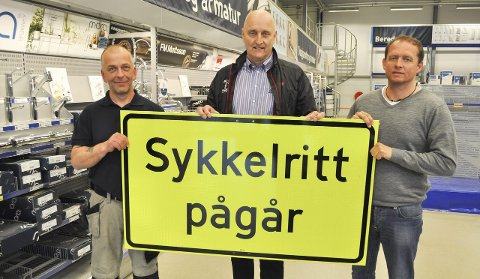 SYKKELRITT MÅ SKILTES: Thor Fagereng (i midten), daglig leder i Grenserittet, får sponsorhjelp av Arild Kristiansen og Pål Tønnesen ved Brødrene Dahl til å skaffe skiltene som alle sykkelritt nå må ha.