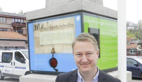 «FLOTT BYHISTORIE»: Gaute Jacobsen er fremdeles fersk direktør ved Halden historiske Samlinger. Han er fascinert av Haldens mangslungne historie. ALLE FOTO: Hans-Petter Kjøge