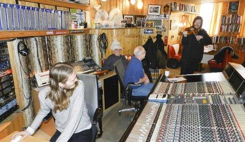 Spiller inn: God stemning i studioet. Fra venstre: Dag Erik Johansen (fra venstre), Kai Andersen, Lars Martin Myhre og Freddy Holm med fiolinen.