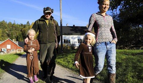 GÅRDSLIV: Ole Martin Einskau og Ingrid Jensen trives med gårdslivet i Sverige sammen med døtrene Eline (7) og Jenny (5).