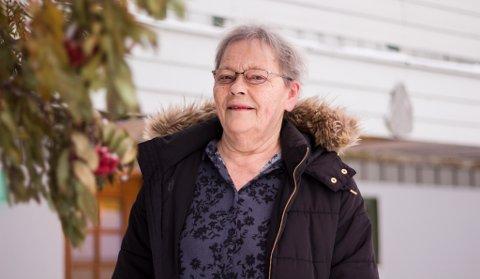 UNDRES: Inger Anne Eriksen (73) bor i et boligfelt like utenfor Vadsø sentrum, og har et rogntre som ser ut til å nekte for at vinteren er kommet. Hun undres over årsaken til at det enda ser rimelig friskt ut.
