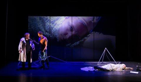 DRAMA: En dramastisk scene under «De elendige», der ny live-TV tas i bruk. Fra venstre: skuespillerne Anders Kippersund, Ivar Furre aam og Solveig Laland Mohn.