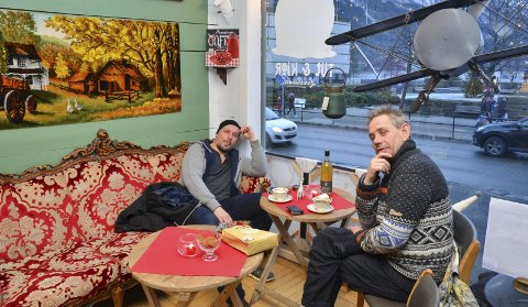 Stresset ikke: André Søfteland og Leif Einar Lothe slappet lørdag av i kafékroken til Tut & Kjør landhandel, mens de kikket på folk som sprang fra butikk til butikk. – Jeg har ikke begynt på julegavene ennå, sa Lothepus med et smil.alle foto: Ernst Olsen