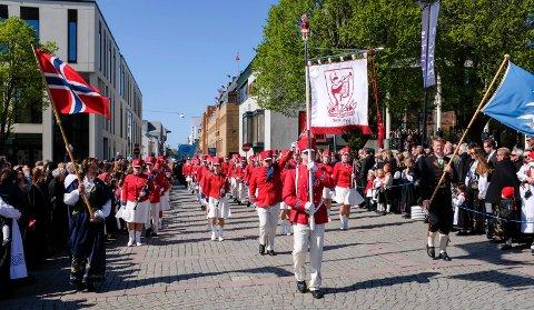 SOL I FJOR: I fjor blåste det kuling på 17. mai. Dagen startet grått, men etter hvert skinte det opp. Her fra folketoget med Haugesund ungdomskorps.