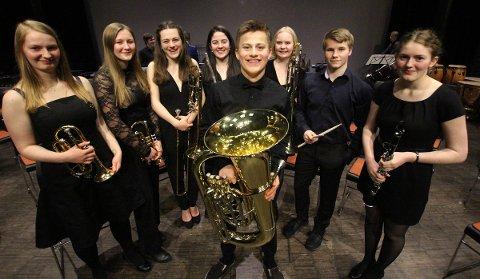 Disse lokale korps-ungdommene spilte med Nordland Janitsjar i Kulturbadet. Fra venstre Ingvild Flatøy Næstby (19, kornett, Tjøtta), Live Høberg-Ottesen (15, Alstahaug skolemusikk, trompet), Eline Lillebø Karlsen (17, trombone, Alstahaug), Frida Dalen Ivarsen (15, fløyte, Alstahaug), Johannes Lillebø Karlsen (15, tuba, Alstahaug), Tora Narten Høberg (18, Dønnahorn, trombone), Jo-Even Vang (16, slagverk, Alstahaug) og Mari Vold Hansen (18, Tjøtta, klarinett).