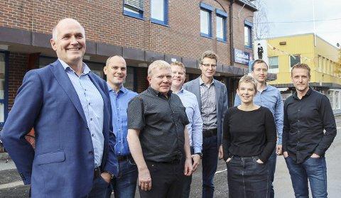 STOLT: Morten Rimer (t.v.) presenterer sju av de ni som skal være Norconsults spydspiss i Mosjøen. Hovedtyngden av selskapets ansatte på Helgeland befinner seg på Mo.  Foto: Rune Pedersen