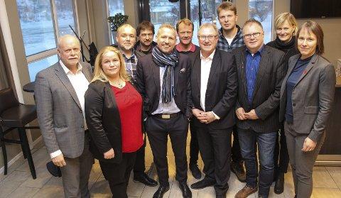 INITIATIV: Disse ordførerne, med unntak av Nesna-ordfører Hanne Davidsen (bak til høyre), møtes i Brønnøysund torsdag. Fra venstre Jann-Arne Løvdahl (Vefsn), Kari Anne Bøkestad Andreassen (Vevelstad), Johnny Hanssen (Brønnøy), Ivan Haugland (Leirfjord), Bård Anders Langø (Alstahaug), Andre Møller (Vega), Arnt Frode Jensen (Herøy), Harald Lie (Hattfjelldal), Bjørn Ivar Lamo (Grane), og Andrine Solli Oppegaard (Sømna). I tillegg deltar dønnaordfører John Erik S. Johansen og trænaordfører Per Pedersen. Foto: Rune Pedersen