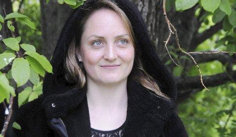 DET GRØNNE SCENESKIFTE: Elisabeth Turmo elsker å gå alene i skogen. Der finner hun påfyll, hun som har lært å akseptere at ikke alt må være perfekt. Gode greier. Da kan vel også noen grønne lauv midt i Mosjøen sentrum ses på som skog på et fotografi.