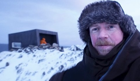 Tormod Amundsen fotografert ved en tidligere anledning, med en av Biotops fugleskjul på Veines i bakgrunnen.