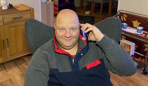 MANGE SAMTALER: Raymond Hildonen er en av mange som mottar telefonsamtaler fra svindlere. De fleste slenger på røret med det samme, men Hildonen bruker mye av tiden til svindlerne.
