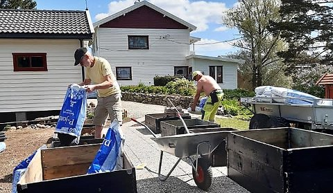 UTRETTELIGE: Hagegruppa ved Villa Sandmo ved Aurskog-Høland bygdetun har lagt ned 6.000 dugnadstimer på seks år.