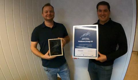 BEVISET: Henry M. Thomassen (til høyre) holder opp diplomet fra Dagens Næringsliv som årets gasellebedrift i region nord.