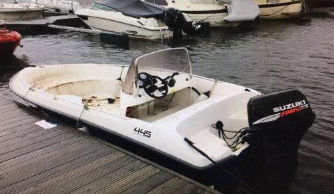 DRIVENDE: Hvis dette er din båt, eller hvis du hvet hvem som eier den, vil politiet gjerne ha kontakt med deg.