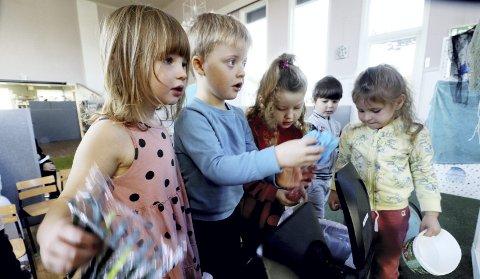 – Hvor skal jeg kaste denne? Disse barna «lekebodde» i Indonesia, og ble veldig ivrige da også de fikk en søplekasse som de kunne kaste all plasten i. Foto: Pål Nordby