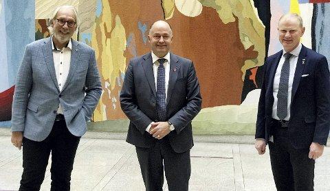 Resultatet av forlik:  En fornøyd trio etter at midler for å forebygge ensomhet er på vei ut i lokalsamfunnene. F.v. Carl-Erik Grimstad (Venstre), Morten Stordalen (FrP) og Erlend Larsen (Høyre). Pressefoto