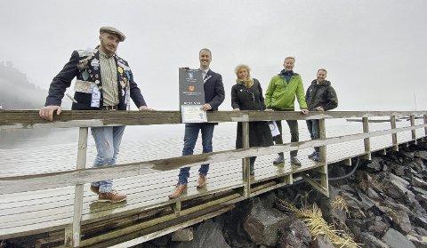 Mer Penger til Fjordbadstuen: Fra venstre: Jerome Richter, Neil Ryan (styreleder), Hilde Hanson (fylkeskommunen), Arve Vannebo (Holmestrand kommune) og Mads Emil Madsen på moloen. Bane NOR Eiendom hadde ikke anledning til å møte. Foto: Pål Nordby