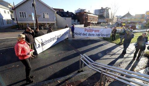 Spontan aksjon for ny vei: «La Holmestrand sentrum få leve!» heter aksjonsgruppen som ikke vil finne seg i at ny fylkesvei blir skjøvet på i enda flere år. – Jeg har utfordret fylkeskommunen på punktet om støyskjerming, sier Elin Gran Weggesrud. Foto: Pål Nordby