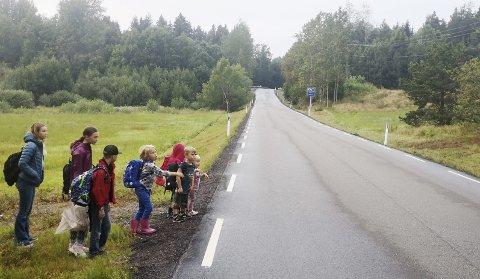 Skummelt: Det er ikke noe busslomme, eller bussholdeplass for skolebarna på Thorrud i Eidsfoss. Farten på stedet er 80 kilometer i timen. Nå ønsker forledre at noe blir gjort for å bedre sikkerheten.foto: Christine Rødal