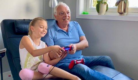 BEDRE ENN BESTEFAR: Kjell Martin Holen spiller gjerne dataspill med barnebarna. – Han er lett å slå, sier Mia Kristina.