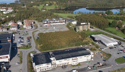 NYBYGG: Det nye seniorsenteret er tenkt plassert i høgre bildekant, nordvest for REMA 1000-bygget på Husnes. (Illustrasjonsfoto: ABO Plan & Arkitektur)