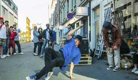 Triks: Stig Markussen driver her på med breakdans på gata.Begge foto: Privat