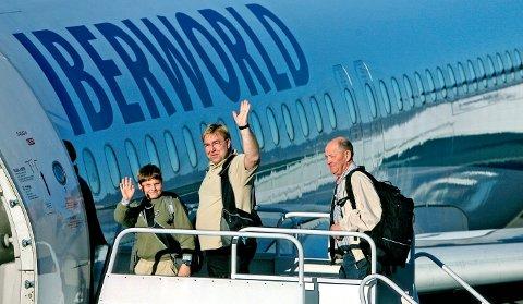 Første fly fra Moss Lufthavn Rygge til Grand Canaria.  – Ha det! Peder og Bjørn Mørch-Olsen vinket farvel da de gikk om bord i det første charterflyet fra Rygge.