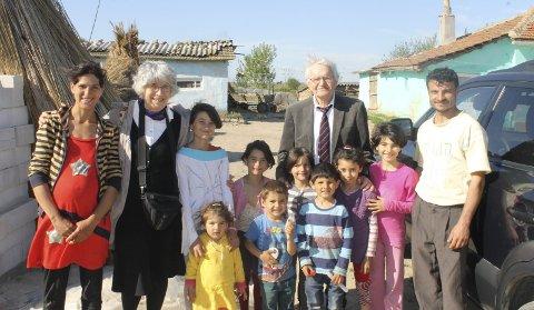 ROMANIA: Kari Marie og Kjell Hansen besøkte i april i år blant annet denne barnerike familien, som fikk hjelp av Romaniahjelpen.