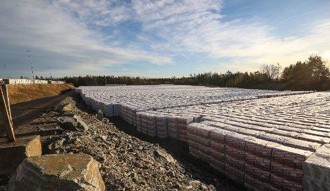 KJEMPELAGER: Rockwool stabler opp et midlertidig kjempelager på Vanem som skal kunne sikre forsyningene når fabrikken i Moss stenges i tre måneder for elektrifisering.