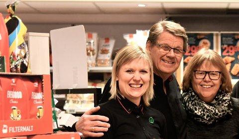 FORELDRENE I RYGGEN: Lise Sørgaard overtar ansvaret som daglig leder i Spar Flatanger, men vil fortsatt ha både pappa Johan og mamma Marit som medarbeidere i den tradisjonsrike dagligvarebutikken.