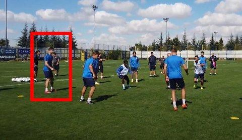 Her trener Torgeir Børven sine nye lagkamerater.
