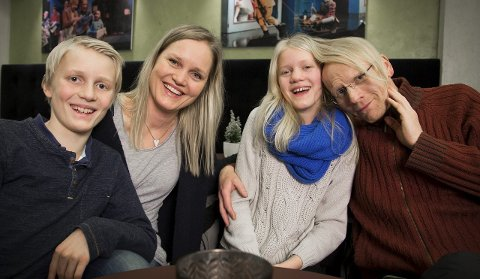 SAMMEN: Familien Sørbøe/Henriksen har tilbragt mer tid enn de fleste på Hålpogaland teater i høst. Fra vesntre .Håkon Sørbøe (er med i I blanke messingen) Kristine Henriksen (er med i I blanke messingen), frida Sørbøe (er med i Virginia og julenissen) og Finn Arve Sørbøe (er med i I blanke messingen).