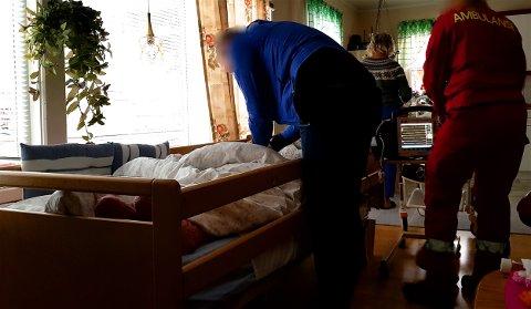 DØENDE: 82-åringen ønsker å dø hjemme. Kommunen mener hun må på sykehjem dersom de skal ta ansvaret for omsorgen på natterstid. Bildet er tatt av et familiemedlem under en hendelse der 82-åringen ble akutt dårlig. Foto: Privat
