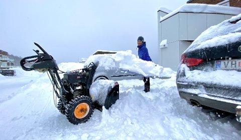 LAVER NED: Det har snødd mye i de siste dagene i Tromsø. På Kvaløya måtte Carina Mæhle ta i bruk både fres og spade søndag formiddag.