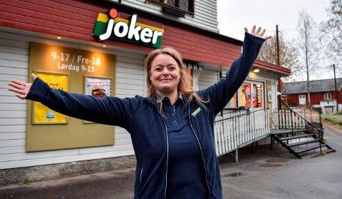 - HER ER JEG: - Her er jeg, sier Monica Ask fra Gjøvik, som torsdag overtok driften av nærbutikken på Vestsida av Randsfjorden i Søndre Land.