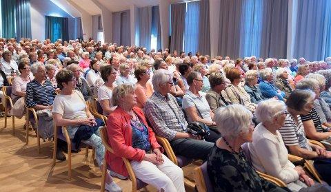 STORT FRAMMØTE: Folk møter opp i hopetall på de månedlige møtene i Pensjonistuniversitetet, som finner sted i Gjøvikhallen. Dette bildet er fra en konsert med Ragnhild Hemsing og Gunnar Flagstad i mai 2016.
