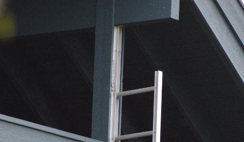 STRIPSET FAST: Dette bildet er tatt dagen etter drapsforsøket på Kapp, og viser en brannstige på huset som ifølge et vitne som kom til stedet var satt fast med strips.