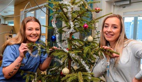 SKAL PÅ REISE: Lærlingene Ida Cathrine Skogstad (t.v.) og Synne Sveen bytter snart ut norsk jul med praksis i Uganda.