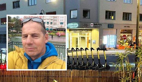 REAGERER: Vekter Johnny Mikaelsen reagerer sterkt på at det settes ut elektriske sparkesykler ved uteserveringen i Gjøvik rette før stengetid.