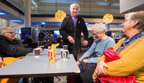 KJERNEN: Ragna Ahlsand, Mildrid Helland, Bjørg Brodahl og Aud Søiland stående, er en del av den faste kjernen på seniorkinoen.