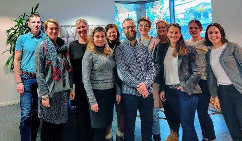 RING OSS: Avdelingsleder for psykisk helseteam, Caroline Norderhaug, helt til høyre i bildet av mange som jobber i virksomheten for psykisk helse, opplyser at Rask psykisk helsehjelp har utvidet telefontiden.