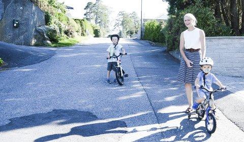 Inspirasjon:  Haakon (5) og Olav (2) var inspirasjon da mamma Ingrid Kristina Johansen  fikk ideen til Yndlingsknippet.  Her er de tre på vei hjem fra barnehagen i Rekkeviksbukta. Foto: Siw Nakken